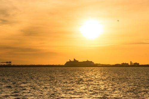 coucherdesoleil sunset fortlauderdale floride usa 9552 adventure seas en arrière plan et un avion qui décolle background plane taking off