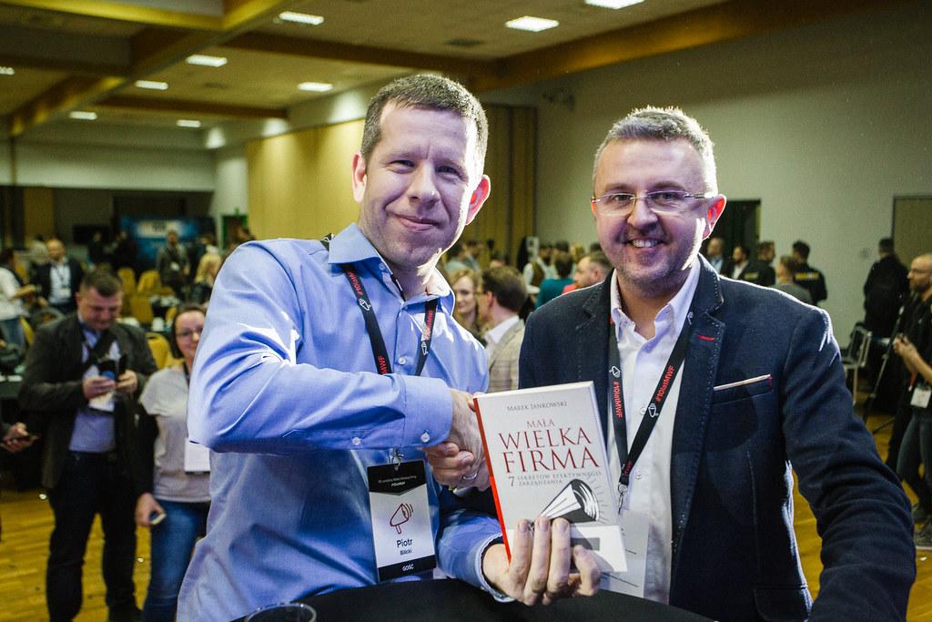"""Piotr Bilicki przyniósł książkę """"Mała Wielka Firma"""" – toona była powodem stworzenia podcastu"""