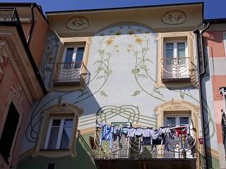 Palazzo dei Girasoli, dal lato verso mare; Loano (SV). Liguria, Italia.