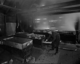 Boiling down maple sap inside a sugar house, Plessisville, Québec / Eau d'érable en train de bouillir dans une cabane à sucre, Plessisville (Québec)