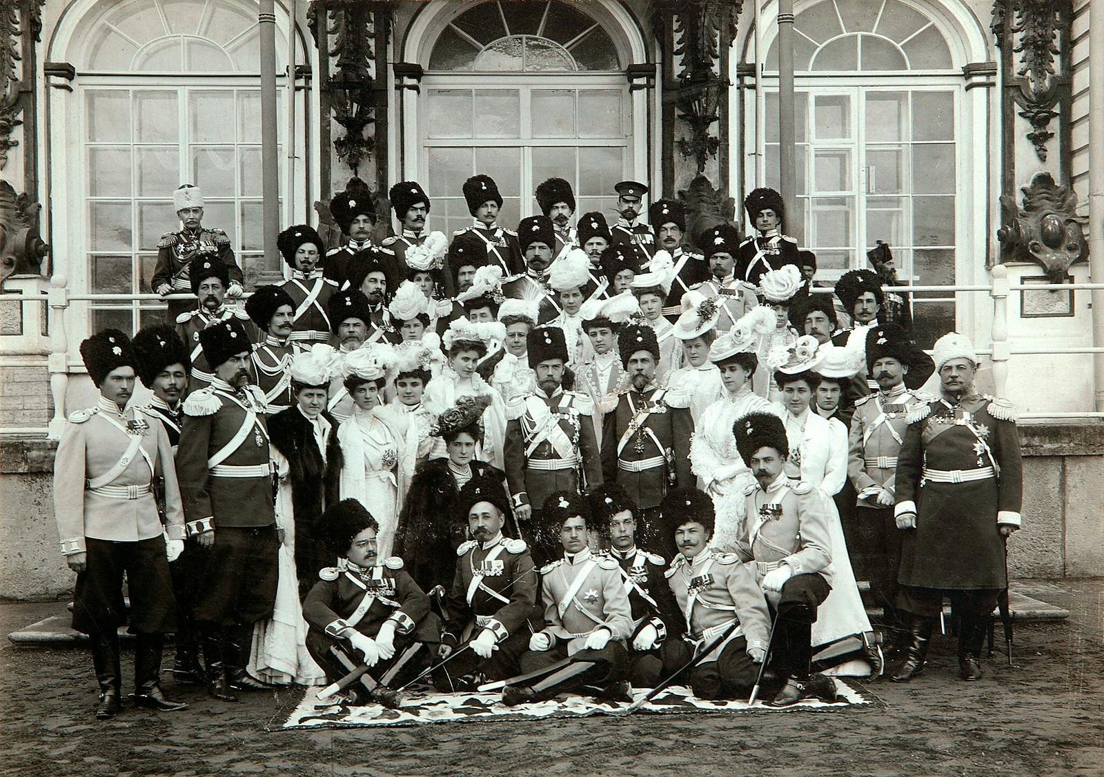 1907. Император с императрицей в окружении офицеров и полковых дам на празднике Лейб-гвардии Сводноказачьего полка