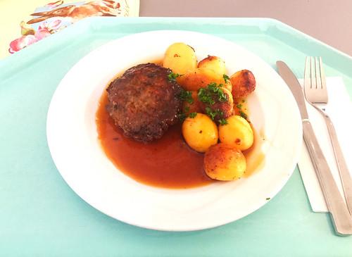 Meatball with gravy & roast potatoes / Fleischpflanzerl mit Bratensauce & Röstkartoffeln