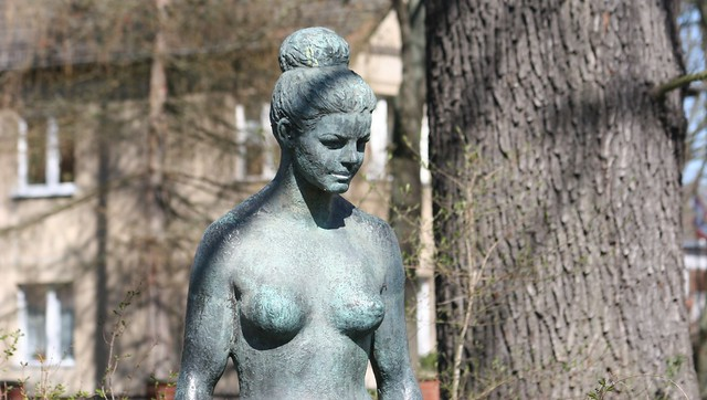 1965 Berlin-O. Detail weiblicher Akt von Walter Lerche Bronze Terrasse Wendenschloßstraße Möllhausenufer in 12557 Wendenschloß
