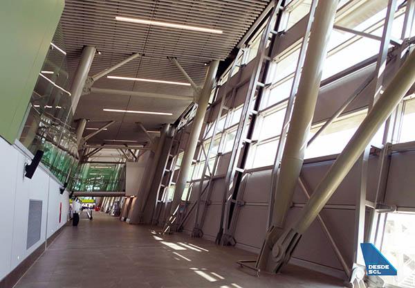 SCL pasillo llegadas espigón C (RD)