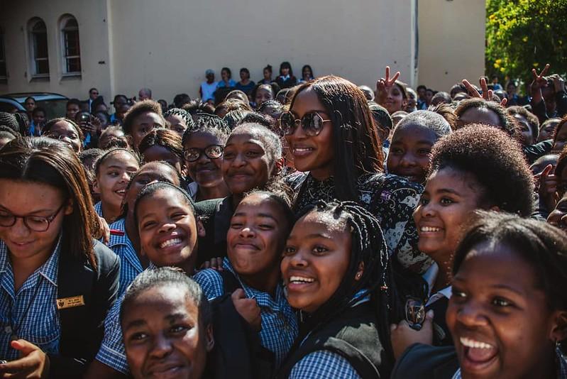 Наоми Кэмпбелл с ученицами Marian RC School