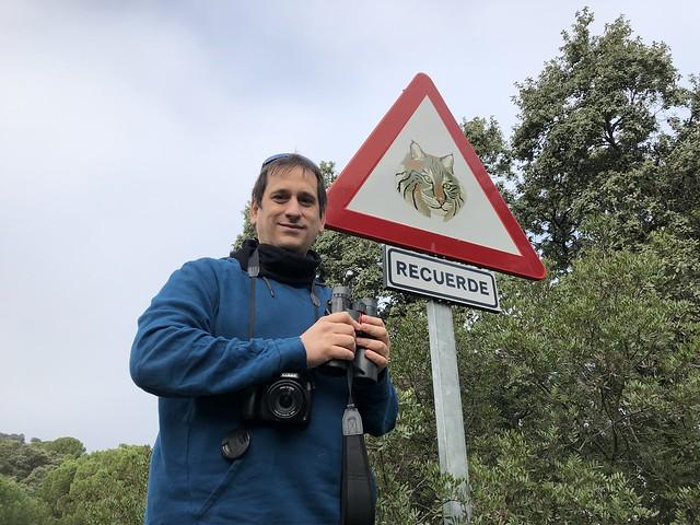 Sele ante un cartel que recuerda la presencia del lince ibérico por la zona