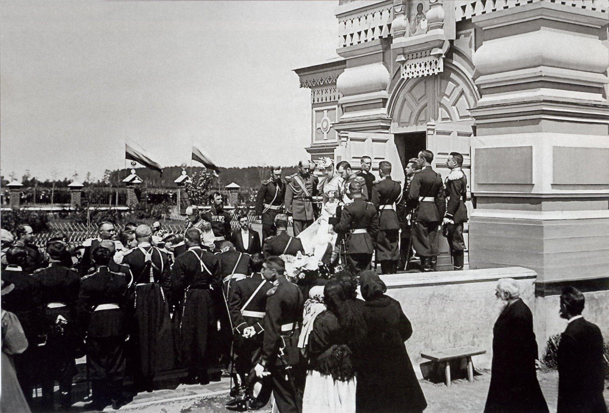 1896. Ходынское поле. Выход императора Николая II из Сергиевской церкви
