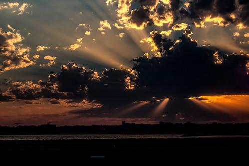 sunset sydney flight qf 843 darwin sonnenuntergang weer sun sol sonne wolken weather meteo wetter wolke clouds cloud sky himmel australien austalia heaven schatten shadow rays strahlen bild foto flughafen summer sommer ozeanien