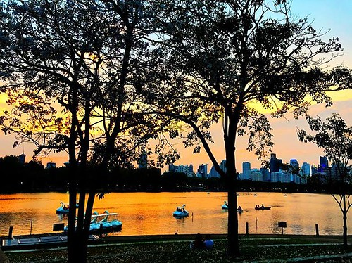 Saturday #sunset vibes in #benjakitipark #bangkok | by superkimbo