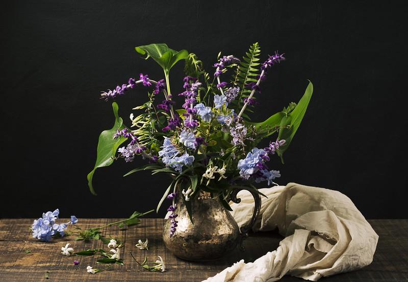 Обои цветы, стол, букет, кувшин картинки на рабочий стол, раздел цветы - скачать