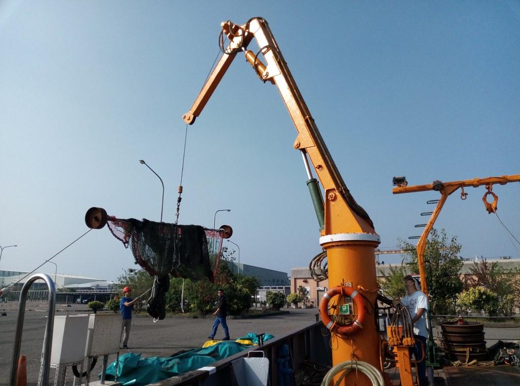 吊掛拖網運到船上。李彥輝攝。
