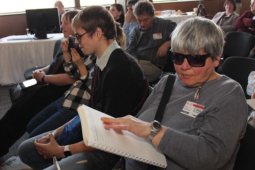 Účastnice si prohlíží adaptované materiály pro výuku matematiku zrakově postižených