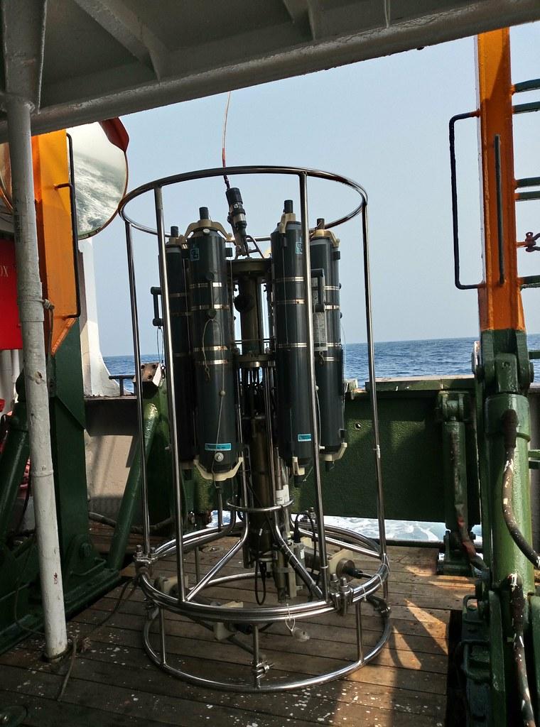 輪盤式採水器與溫鹽深儀。李彥輝攝。