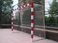 Portería futbol sala en campo hormigonado