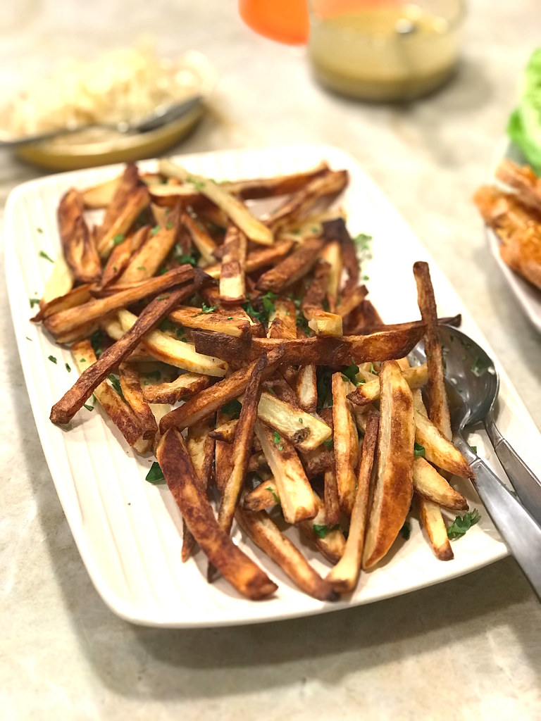 Oven-baked garlic fries