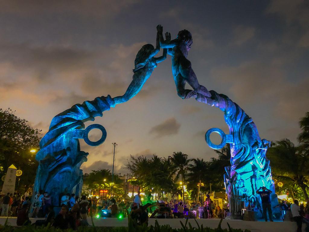 personas mirando el portal maya en la noche