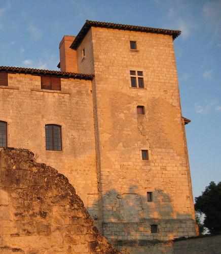 24 juin 2010 : lever du soleil sur le château d'Avezan© gaelle kermen 2010 copie | by gaelle_kermen