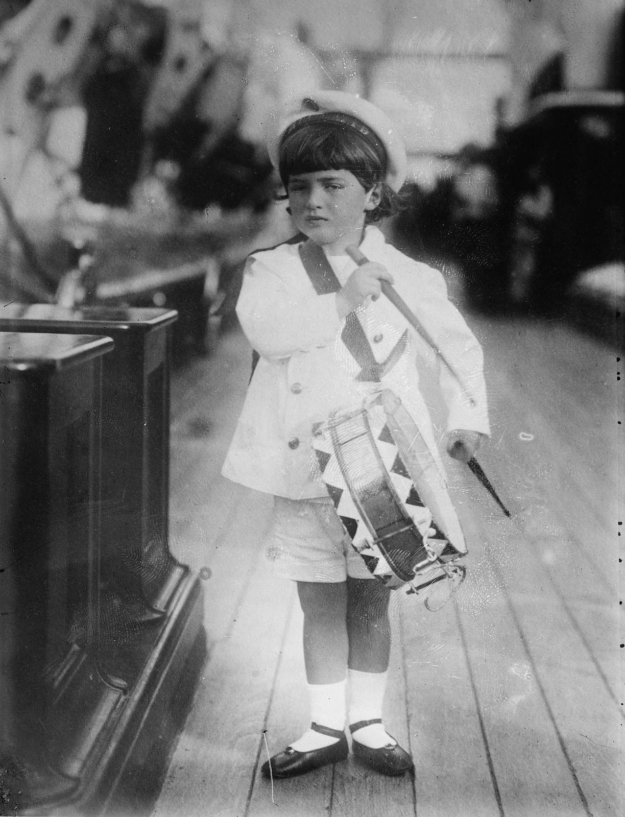 1909. Цесаревич Алексей Николаевич с барабаном на Штандарте