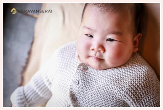 ナチュラルカラーのベビードレスを着た女の子赤ちゃん