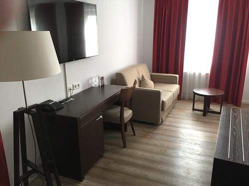 41 - Schreibtisch & Sofa - Dormero Hotel Kelheim
