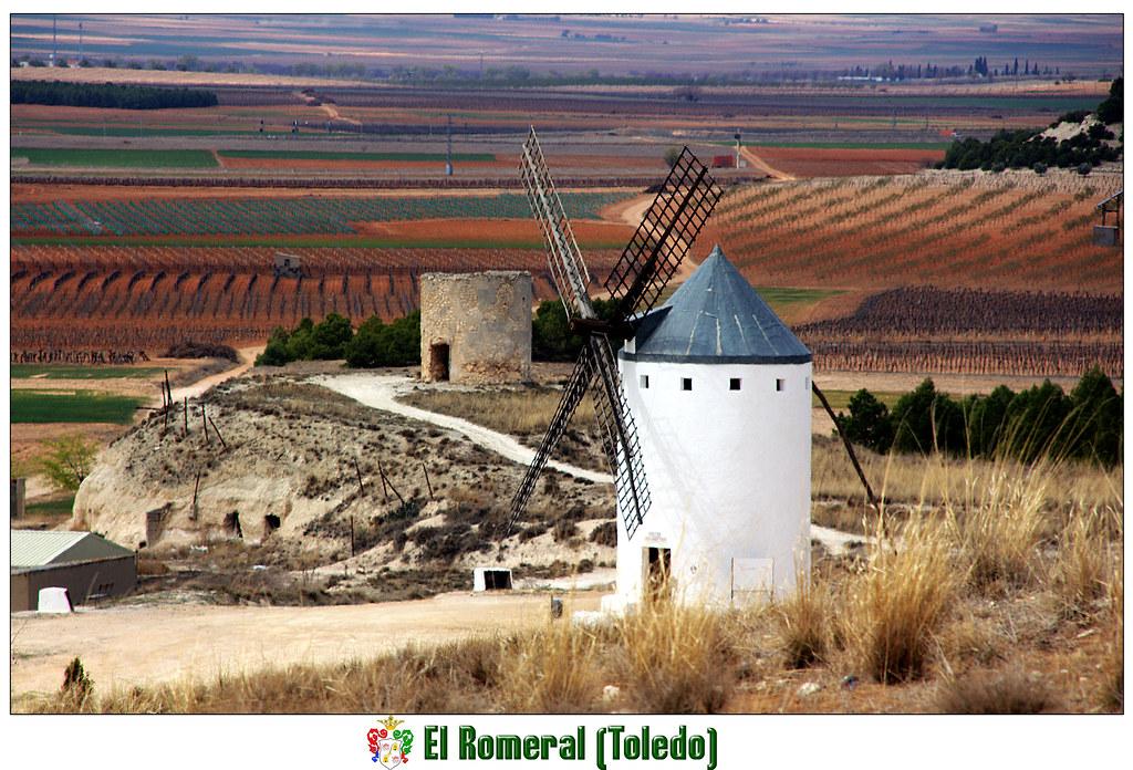 Un molino de viento y los restos de un molino en el paisaje manchego