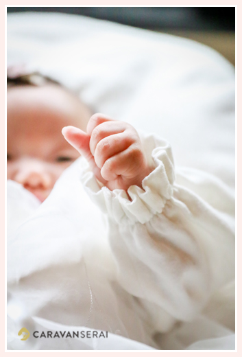 赤ちゃんのお手てのアップ ベビードレス