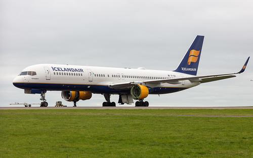 Icelandair Boeing 757-223 TF-ISZ   by Neil D. Brant
