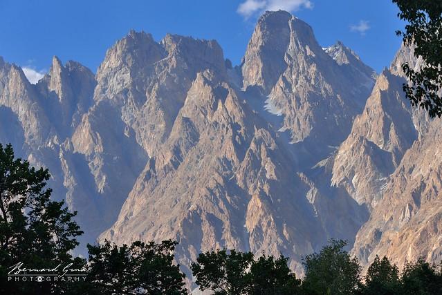 Tupopdan, Cônes de Passu,  6106 mètres en fin d'après-midi © Bernard Grua