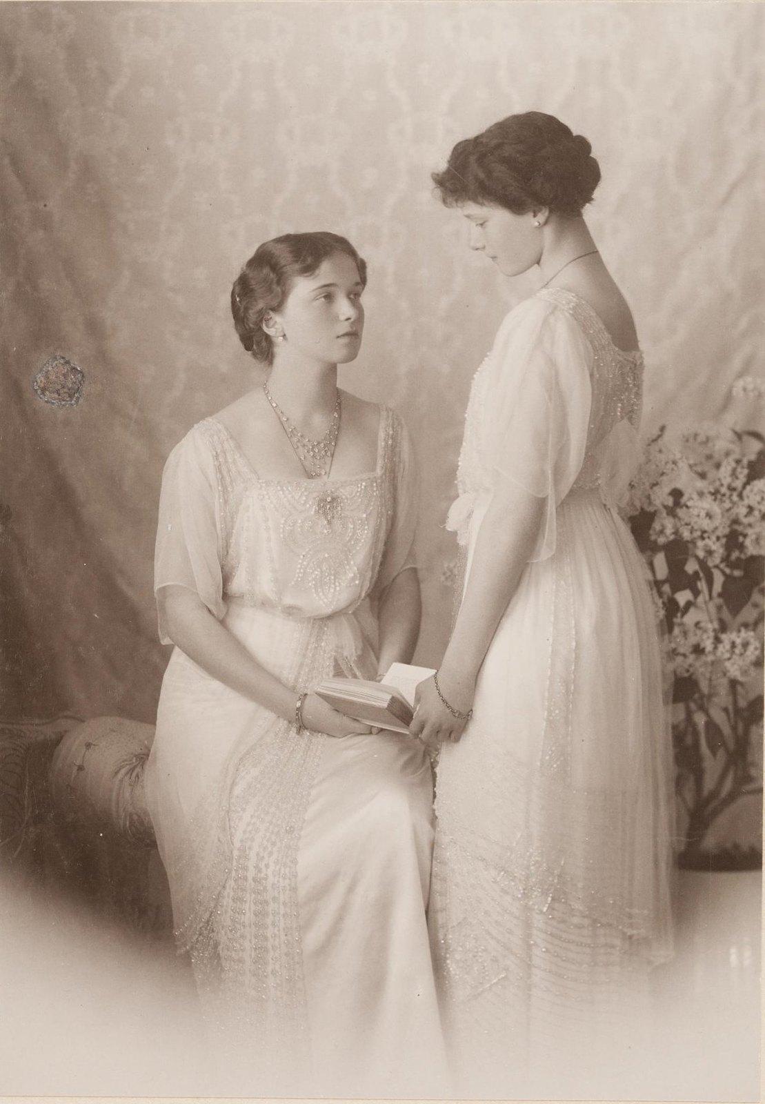 1913. Портрет великих княжон Ольги Николаевны и Татьяны Николаевны