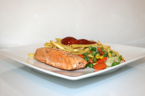 04 - Salmon with buttered vegetables & french fries - Side view / Lachsfilet mit Buttergemüse & Pommes Frites - Seitenansicht