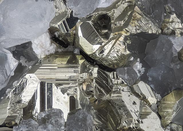 04_Pyrit-of-Quarz_Huanzala-Mine_Peru_230B_Semiplan6-3_4LED