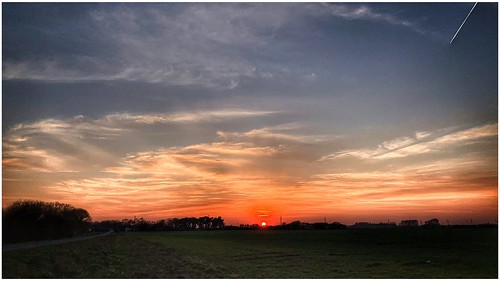 sun sunlit sunlight sunset horizon sky skywatching skyline clouds cirrus weather weatherwatch nature naturephotography naturelovers natureseekers countryside fields farmland scunthorpe lincolnshire northlincs northlincolnshire nlincs outdoors outside photography photoof image imageof imagecapture