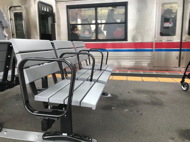 京成町屋駅ホームのベンチ
