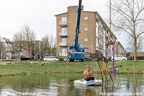 Arild Veld - plaatsing (rotonde) kunstwerk Vissen | by Malburgen