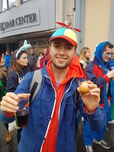 Carnavales en Aalst con una cebolla en la mano | by Erasmusenflandes