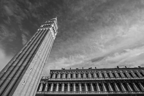 campaniledisanmarco campanile san marco sanmarco markusturm markusplatz venedig venezia venice italy italia italien turm tower monochrome mono monochrom sehenswürdigkeit sehenswürdigkeiten pointofinterest sky himmel wideangle wide weitwinkel architecture architektur travel panasonic lumix dmcg5 714mm