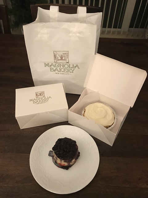 The hb brought home sweet treats from Magnolia Bakery. First tasted this in New York and now they have a shop in  Washington DC. #tnxhb #tgif #fredagsmys #blueberry #cheesecake #banana #creampie #dininginNY #dininginDC