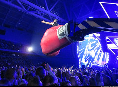 20170729_5 Robbie Williams is sitting on a huge boxing glove. Your argument is invalid. | Tele2 Arena in Stockholm, Sweden
