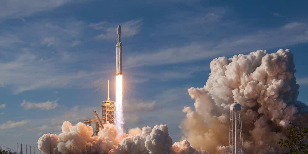 SpaceX lance avec succès sa Falcon Heavy dans l'espace