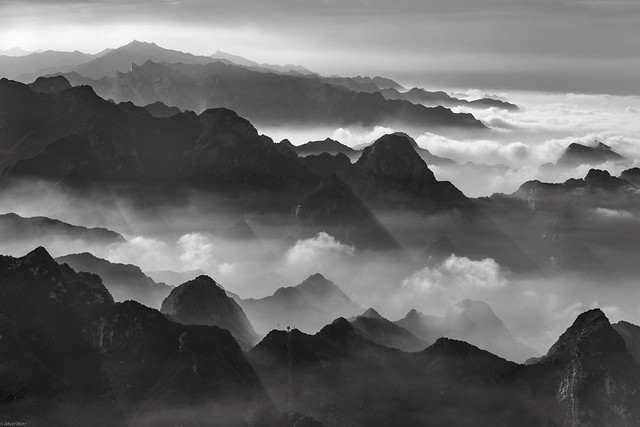 *Hua Mountains @ a journey over the clouds*