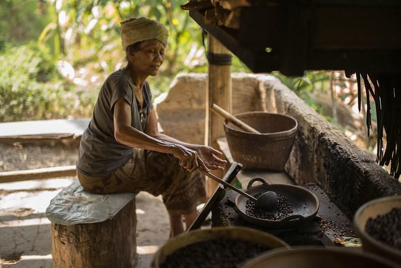 Một người phụ nữ rang cà phê thủ công tại IBali, Indonesia.