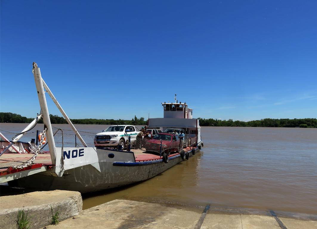 cruzando en balsa el Paraná de las Palmas