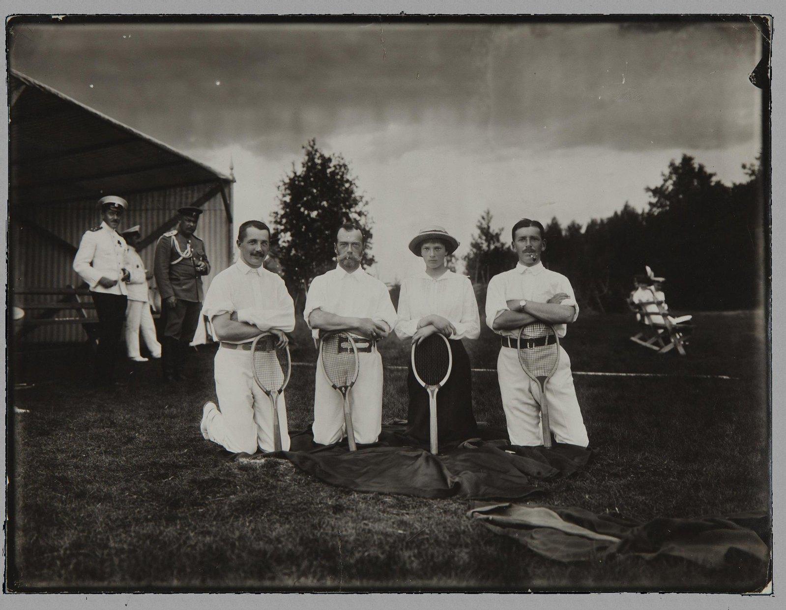 1913. Император Николай II с великой княжной Татьяной Николаевной и двумя неизвестными после игры в теннис