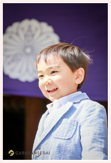 4歳の男の子 神社にて
