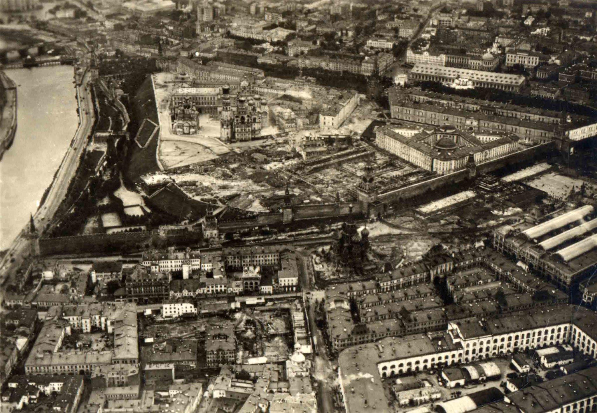 Москва. 10 сентября 1930 года в 9 часов утра с немецкого дирижабля.Зарядья и плотно застроенный нынешний Васильевский спуск