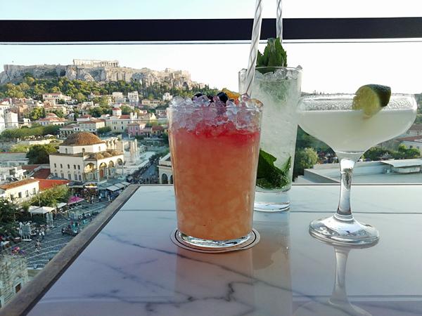 trois cocktails sur un toit