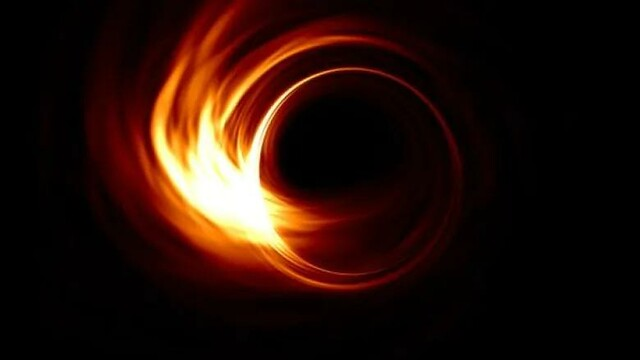 VCSE - Általános relativitásleméleti magnetohidrodinamikával szimulált fekete lyuk sziluett rádióhullámhosszakon. Az akkrációs diszkre a képen 45 fokos szögből nézünk rá (az egyenlítójéhez képest). A bal oldalon azért fényesebb a fekete lyuk által meghajíltott fény, mint ajobb oldlaon, mert a Doppler-fókuszálás miatta felénk közeledő anyag fényesedik, a távolodó elhalványodik. A központi fekete részben van a fekete lyuk. Előtte az akkréciós diszk egyes részei láthatók. - Forrás: Hotaka Shiokawa, https://www.cbc.ca/news/technology/black-hole-photo-1.5089403