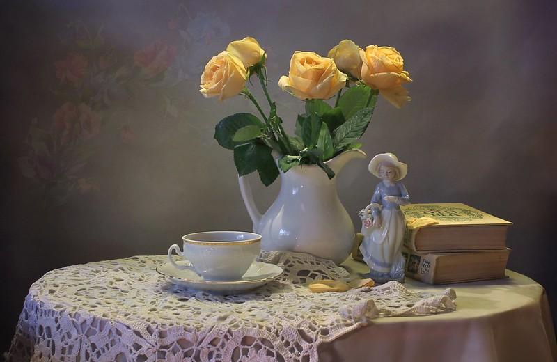 Обои чай, книги, розы, букет, чашка, статуэтка, натюрморт картинки на рабочий стол, раздел цветы - скачать