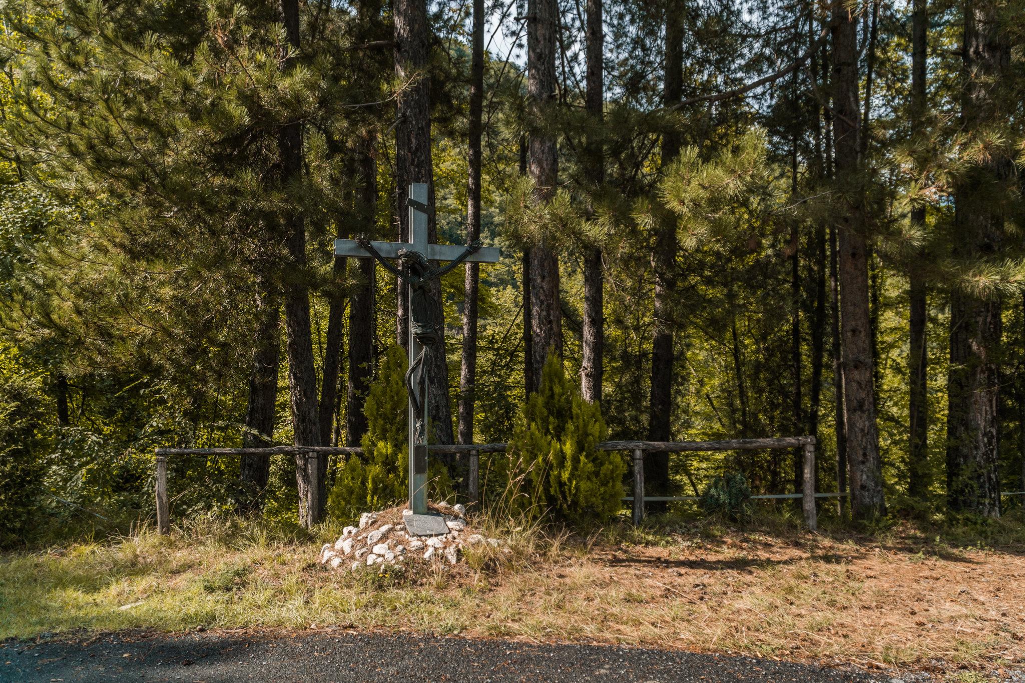 un crocefisso di fronte al bosco