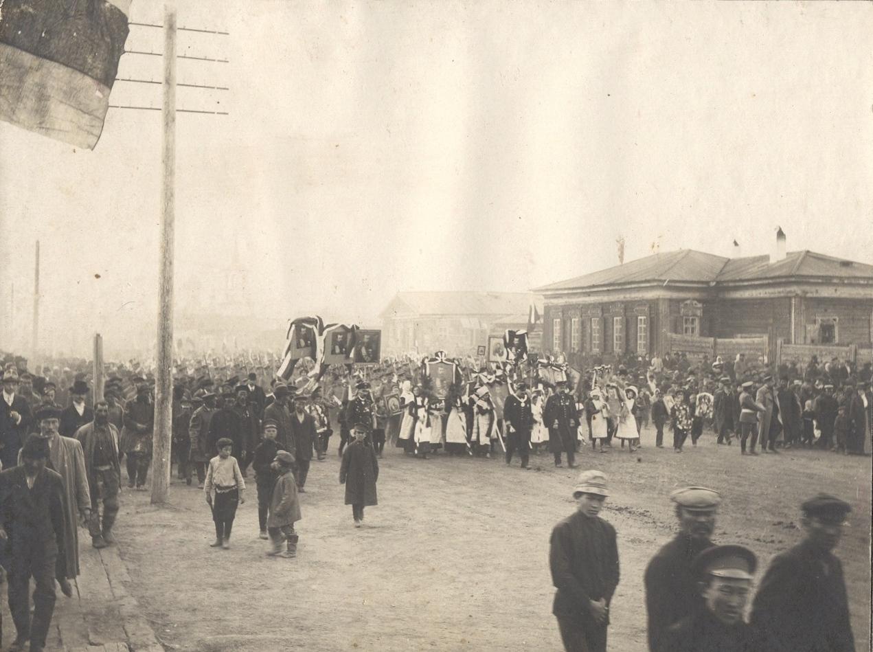 Крестный ход по улице Большой к Спасскому мужскому монастырю 26 августа 1912 года